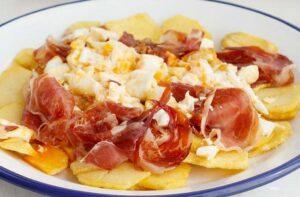 Receta de huevos rotos con jamón y patatas