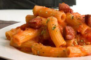 Receta de macarrones con chorizo y tomate
